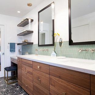 Foto de cuarto de baño con ducha, moderno, con armarios con paneles lisos, puertas de armario de madera oscura, ducha empotrada, baldosas y/o azulejos grises, baldosas y/o azulejos naranja, baldosas y/o azulejos rojos, baldosas y/o azulejos blancos, baldosas y/o azulejos amarillos, paredes blancas, lavabo sobreencimera, suelo gris y ducha con puerta con bisagras