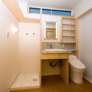 Esempio di una piccola stanza da bagno padronale rustica con nessun'anta, ante in legno chiaro, vasca giapponese, doccia a filo pavimento, WC monopezzo, piastrelle bianche, piastrelle a mosaico, pareti bianche, pavimento in sughero, lavabo da incasso, top piastrellato e pavimento beige