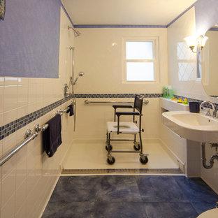 Esempio di una stanza da bagno chic di medie dimensioni con lavabo sospeso, doccia a filo pavimento, piastrelle di vetro, pareti blu e pavimento in vinile