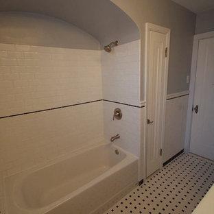 Esempio di una stanza da bagno padronale american style di medie dimensioni con lavabo integrato, ante di vetro, ante in legno bruno, top in superficie solida, vasca ad alcova, doccia alcova, WC monopezzo, piastrelle bianche, piastrelle diamantate, pareti grigie e pavimento con piastrelle in ceramica