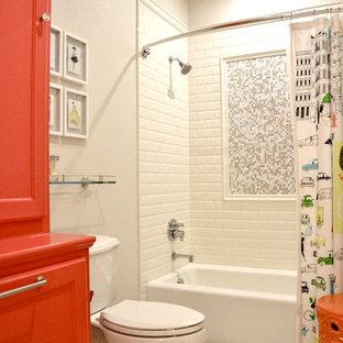 Foto på ett mellanstort vintage badrum för barn, med luckor med infälld panel, röda skåp, marmorbänkskiva, vit kakel, keramikplattor, ett badkar i en alkov, en dusch/badkar-kombination, ett undermonterad handfat, grå väggar och klinkergolv i keramik