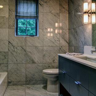 Imagen de cuarto de baño infantil, minimalista, grande, con puertas de armario de madera en tonos medios, bañera encastrada, ducha abierta, baldosas y/o azulejos blancos y encimera de ónix