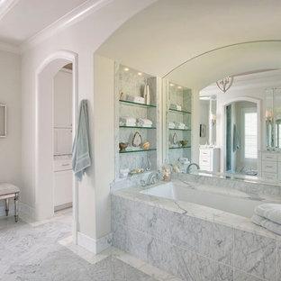 Diseño de cuarto de baño tradicional con bañera empotrada y baldosas y/o azulejos blancos