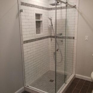 Idee per una stanza da bagno american style di medie dimensioni con doccia ad angolo, piastrelle bianche, piastrelle diamantate, pareti grigie, pavimento in gres porcellanato, pavimento marrone e porta doccia scorrevole