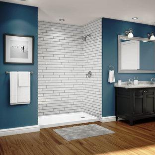 Imagen de cuarto de baño tradicional con armarios con paneles con relieve, puertas de armario de madera en tonos medios, ducha abierta, paredes azules, suelo de bambú, lavabo encastrado y ducha abierta