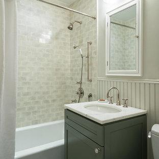 Idee per una stanza da bagno tradizionale con lavabo sottopiano, ante in stile shaker, ante grigie, vasca ad alcova, vasca/doccia, WC a due pezzi, piastrelle grigie, piastrelle diamantate, pareti bianche e pavimento con piastrelle a mosaico