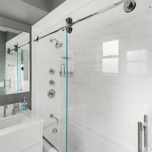 Idee per una piccola stanza da bagno per bambini bohémian con ante lisce, ante bianche, vasca sottopiano, vasca/doccia, piastrelle bianche, piastrelle di marmo, pavimento con piastrelle a mosaico, lavabo da incasso, top in vetro, pavimento bianco, porta doccia scorrevole e top bianco
