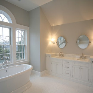 Foto di una grande stanza da bagno padronale bohémian con lavabo rettangolare, ante con riquadro incassato, ante bianche, top in marmo e vasca freestanding