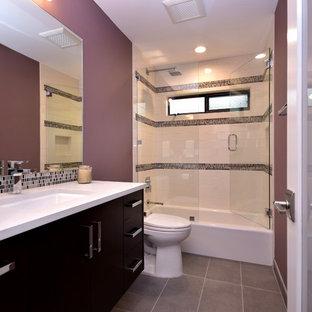 オースティンの中くらいのコンテンポラリースタイルのおしゃれなバスルーム (浴槽なし) (フラットパネル扉のキャビネット、シャワー付き浴槽、モザイクタイル、紫の壁、アンダーカウンター洗面器、黒いキャビネット、分離型トイレ、モノトーンのタイル、グレーのタイル、スレートの床、珪岩の洗面台) の写真