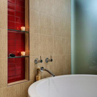Esempio di una grande stanza da bagno minimal con vasca giapponese, doccia a filo pavimento, piastrelle beige, piastrelle rosse, piastrelle in ceramica, pareti beige e pavimento con piastrelle in ceramica