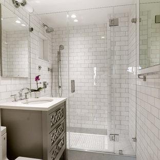 Kleines Klassisches Badezimmer En Suite mit verzierten Schränken, grauen Schränken, Duschnische, Toilette mit Aufsatzspülkasten, weißen Fliesen, weißer Wandfarbe, Unterbauwaschbecken, Metrofliesen, Mosaik-Bodenfliesen und Quarzwerkstein-Waschtisch in New York