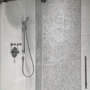 Idee per una stanza da bagno padronale minimal di medie dimensioni con piastrelle bianche, piastrelle a mosaico, pareti bianche, pavimento con piastrelle a mosaico, consolle stile comò, ante in legno chiaro, doccia alcova, WC sospeso, lavabo sottopiano, top in vetro, pavimento grigio e porta doccia scorrevole