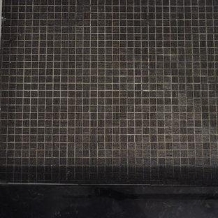 ニューヨークの小さいモダンスタイルのおしゃれなバスルーム (浴槽なし) (フラットパネル扉のキャビネット、白いキャビネット、コーナー設置型シャワー、分離型トイレ、白いタイル、サブウェイタイル、白い壁、クッションフロア、壁付け型シンク、ガラスの洗面台) の写真