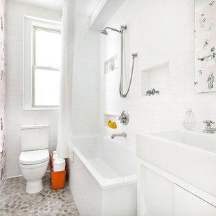 Kleines Modernes Duschbad mit Metrofliesen, weißer Wandfarbe, Mosaik-Bodenfliesen, grauem Boden, flächenbündigen Schrankfronten, weißen Schränken, Eckbadewanne, Duschbadewanne, weißen Fliesen, Waschtischkonsole und Duschvorhang-Duschabtrennung in New York
