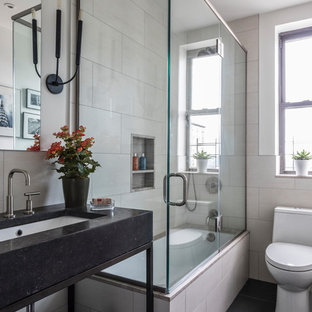 Kleines Klassisches Duschbad mit offenen Schränken, schwarzen Schränken, Eckbadewanne, Duschbadewanne, Toilette mit Aufsatzspülkasten, beiger Wandfarbe, Unterbauwaschbecken, schwarzem Boden, Falttür-Duschabtrennung, beigefarbenen Fliesen, Marmorfliesen, Keramikboden und Granit-Waschbecken/Waschtisch in Denver