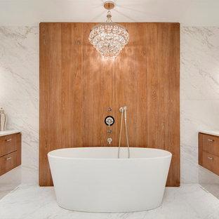 Esempio di una stanza da bagno padronale design con ante lisce, ante in legno scuro, vasca freestanding, piastrelle bianche, lastra di pietra, pavimento in marmo, top in marmo e pavimento bianco