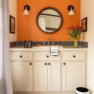 Inredning av ett lantligt mellanstort badrum med dusch, med skåp i shakerstil, beige skåp, svart kakel, mosaik, orange väggar, mosaikgolv, ett nedsänkt handfat, vitt golv och dusch med duschdraperi