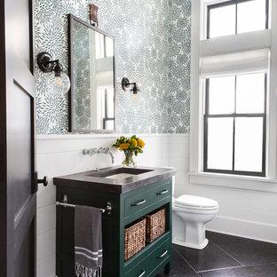 Идея дизайна: большая ванная комната в стиле кантри с фасадами с утопленной филенкой, зелеными фасадами, раздельным унитазом, зелеными стенами, полом из известняка, душевой кабиной, врезной раковиной, столешницей из бетона, черным полом и серой столешницей