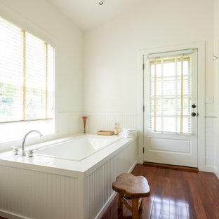 Esempio di una stanza da bagno padronale country di medie dimensioni con ante di vetro, ante bianche, vasca ad angolo, doccia ad angolo, piastrelle bianche, pareti bianche, parquet scuro, porta doccia a battente, panca da doccia e due lavabi