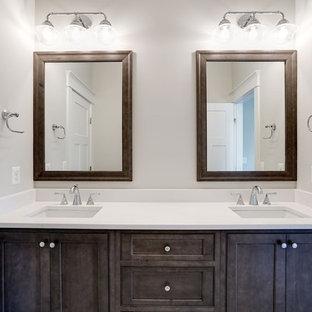 Ejemplo de cuarto de baño infantil, tradicional renovado, de tamaño medio, con armarios con rebordes decorativos, puertas de armario de madera en tonos medios, paredes marrones, lavabo bajoencimera y encimera de cuarzo compacto