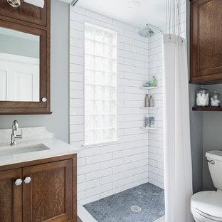 Inspiration för ett litet vintage badrum med dusch, med släta luckor, bruna skåp, en hörndusch, en toalettstol med separat cisternkåpa, vit kakel, tunnelbanekakel, grå väggar, marmorgolv, ett undermonterad handfat, bänkskiva i kvarts, grått golv och dusch med duschdraperi
