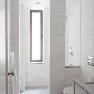 Modernes Badezimmer mit offener Dusche und offener Dusche in New York