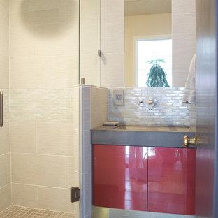 Foto de cuarto de baño con ducha, minimalista, pequeño, con lavabo integrado, armarios con paneles lisos, puertas de armario rojas, encimera de cemento, ducha esquinera, baldosas y/o azulejos beige, baldosas y/o azulejos de porcelana, paredes beige y suelo de baldosas de porcelana