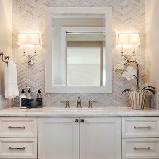 Immagine di una stanza da bagno con doccia country di medie dimensioni con ante in stile shaker, ante bianche, piastrelle grigie, piastrelle in ceramica, pareti grigie, pavimento con piastrelle in ceramica, lavabo sottopiano, top in marmo, pavimento grigio e top grigio