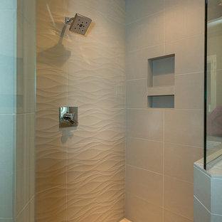 Foto di una stanza da bagno padronale design di medie dimensioni con ante in stile shaker, ante in legno bruno, vasca da incasso, doccia ad angolo, WC monopezzo, piastrelle grigie, piastrelle in gres porcellanato, pareti grigie, pavimento in gres porcellanato, lavabo da incasso e top piastrellato
