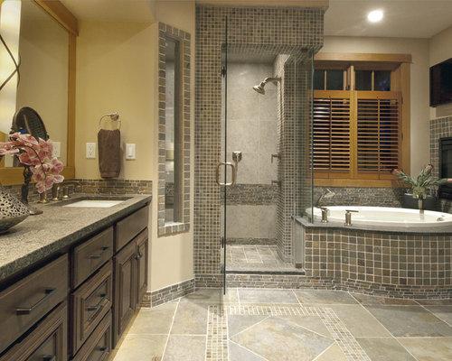 Stanza da bagno con piastrelle multicolore e piastrelle in - Piastrelle in ardesia ...