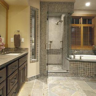 Idéer för ett stort modernt en-suite badrum, med granitbänkskiva, luckor med upphöjd panel, skåp i mörkt trä, ett platsbyggt badkar, en hörndusch, beige kakel, brun kakel, grå kakel, flerfärgad kakel, beige väggar, ett undermonterad handfat och skifferkakel