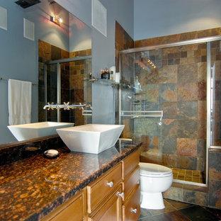Ejemplo de cuarto de baño con ducha, contemporáneo, de tamaño medio, con armarios tipo mueble, puertas de armario de madera clara, ducha empotrada, sanitario de dos piezas, baldosas y/o azulejos beige, baldosas y/o azulejos negros, baldosas y/o azulejos marrones, baldosas y/o azulejos grises, baldosas y/o azulejos multicolor, baldosas y/o azulejos naranja, baldosas y/o azulejos de pizarra, paredes grises, suelo de pizarra, lavabo sobreencimera, encimera de granito, suelo marrón y ducha con puerta corredera