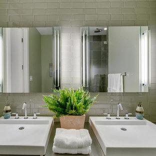 Ispirazione per una stanza da bagno padronale moderna di medie dimensioni con piastrelle grigie, piastrelle diamantate, pareti grigie, pavimento in bambù, lavabo rettangolare, top in quarzo composito e top grigio