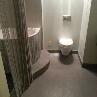 Неиссякаемый источник вдохновения для домашнего уюта: маленькая главная ванная комната в современном стиле с раковиной с несколькими смесителями, открытыми фасадами, искусственно-состаренными фасадами, столешницей из бетона, японской ванной, угловым душем, инсталляцией, серой плиткой, керамогранитной плиткой, серыми стенами и полом из керамогранита