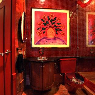 Foto di una stanza da bagno con doccia contemporanea di medie dimensioni con consolle stile comò, ante in legno bruno, vasca ad alcova, piastrelle rosse, pavimento in pietra calcarea, lavabo da incasso, top in granito e WC a due pezzi