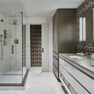 Immagine di una grande stanza da bagno padronale contemporanea con ante lisce, ante bianche, doccia doppia, piastrelle bianche, lavabo sottopiano, porta doccia a battente, piastrelle di marmo, pareti multicolore, pavimento in gres porcellanato, top in cemento e pavimento grigio