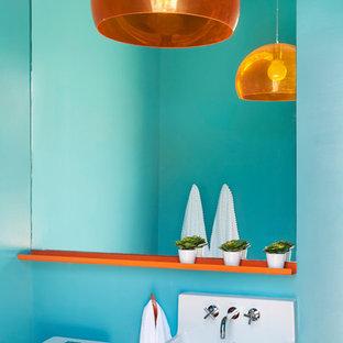 ロサンゼルスの大きいコンテンポラリースタイルのおしゃれな子供用バスルーム (オープンシェルフ、中間色木目調キャビネット、オープン型シャワー、一体型トイレ、青いタイル、青い壁、アンダーカウンター洗面器、珪岩の洗面台、オレンジの床) の写真