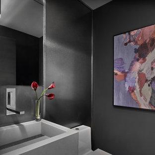 シカゴの小さいコンテンポラリースタイルのおしゃれな浴室 (一体型トイレ、グレーのタイル、メタルタイル、グレーの壁、磁器タイルの床、壁付け型シンク、コンクリートの洗面台、グレーの床、グレーの洗面カウンター) の写真