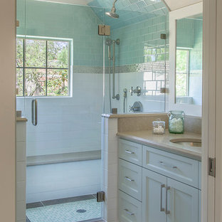 Imagen de cuarto de baño con ducha, tradicional renovado, de tamaño medio, con armarios con paneles empotrados, puertas de armario blancas, paredes blancas, lavabo bajoencimera, ducha empotrada, baldosas y/o azulejos azules, baldosas y/o azulejos blancos y baldosas y/o azulejos de vidrio
