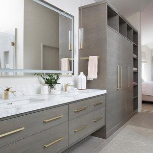 На фото: ванные комнаты в современном стиле с плоскими фасадами, серыми фасадами, белыми стенами, врезной раковиной, серым полом, белой столешницей, полом из известняка и мраморной столешницей