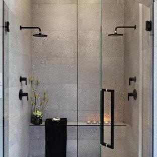Свежая идея для дизайна: большая главная ванная комната в современном стиле с плоскими фасадами, фасадами цвета дерева среднего тона, двойным душем, унитазом-моноблоком, серой плиткой, серыми стенами, настольной раковиной, серым полом, душем с распашными дверями, черной столешницей, цементной плиткой, бетонным полом и столешницей из бетона - отличное фото интерьера