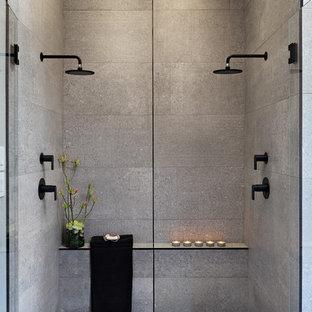 Foto di una grande stanza da bagno padronale moderna con ante lisce, ante in legno scuro, doccia doppia, WC monopezzo, piastrelle grigie, pareti grigie, lavabo a bacinella, pavimento grigio, porta doccia a battente, top nero, piastrelle di cemento, pavimento in cemento e top in cemento