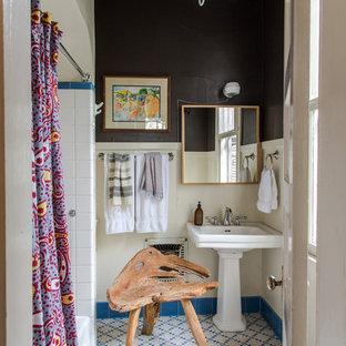 Klassisches Badezimmer mit Sockelwaschbecken, Badewanne in Nische, farbigen Fliesen, schwarzer Wandfarbe und Duschvorhang-Duschabtrennung in New Orleans