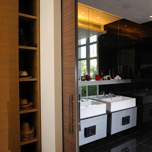 На фото: ванная комната в современном стиле с настольной раковиной с