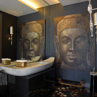 Modelo de cuarto de baño asiático con lavabo sobreencimera y paredes negras