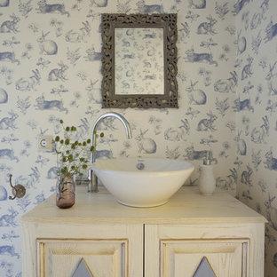 Idee per una piccola stanza da bagno shabby-chic style con ante in legno chiaro, pareti multicolore, lavabo a bacinella e top in legno