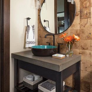 Idee per una stanza da bagno con doccia minimal di medie dimensioni con nessun'anta, ante in legno bruno, piastrelle marroni, pareti beige, parquet scuro, lavabo a bacinella, top in cemento e pavimento marrone