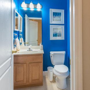 Diseño de cuarto de baño con ducha, clásico renovado, con paredes azules y suelo laminado