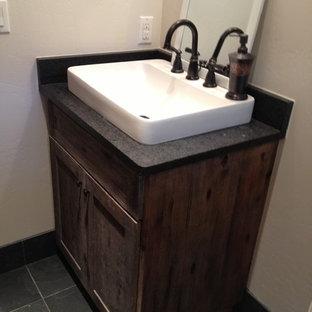 デンバーの小さいカントリー風おしゃれなバスルーム (浴槽なし) (シェーカースタイル扉のキャビネット、ヴィンテージ仕上げキャビネット、御影石の洗面台、グレーのタイル、石タイル、ベージュの壁) の写真