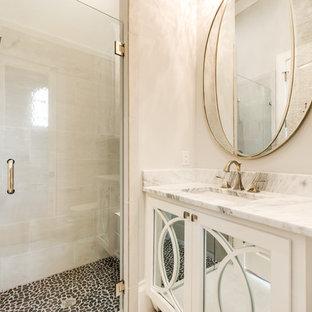 Imagen de cuarto de baño con ducha, pequeño, con armarios tipo vitrina, puertas de armario blancas, ducha esquinera, baldosas y/o azulejos beige, paredes beige, suelo de madera clara, lavabo bajoencimera, encimera de cuarzo compacto y ducha con puerta con bisagras